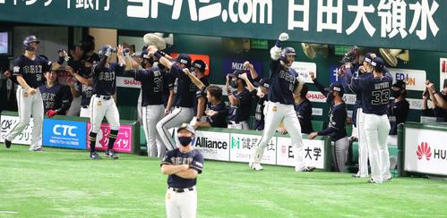 ソフトバンク対オリックス 5回表オリックス2死満塁、T-岡田は右中間に逆転となる満塁本塁打を放ちベンチのナインとグータッチ(撮影・梅根麻紀)
