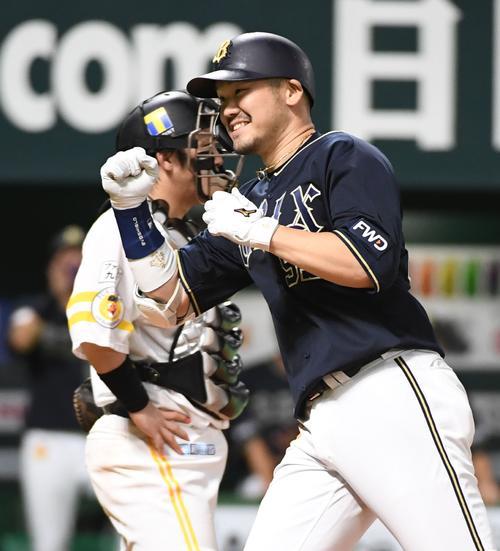 ソフトバンク対オリックス 5回表オリックス1死満塁、T-岡田は右越えに逆転の満塁本塁打を放ち笑顔で生還する(撮影・今浪浩三)