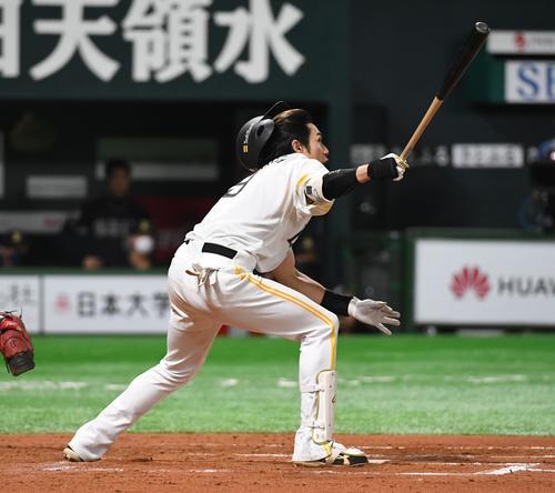 ソフトバンク対オリックス 6回裏ソフトバンク2死一、二塁、柳田悠岐はヘルメットを飛ばしながら右越えに逆転の3点本塁打を放つ(撮影・今浪浩三)