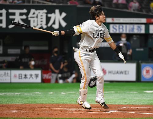 ソフトバンク対オリックス 6回裏ソフトバンク2死一、二塁、柳田はヘルメットを飛ばしながら右越えに3点本塁打を放つ(撮影・今浪浩三)