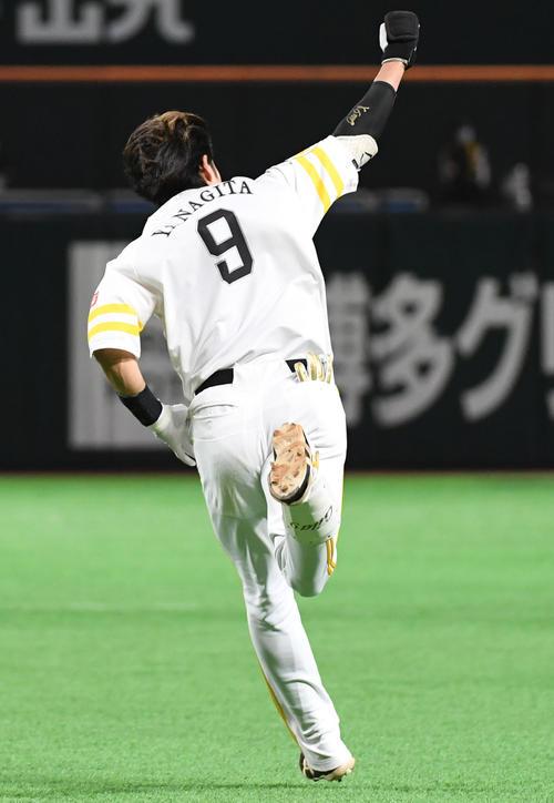 ソフトバンク対オリックス 6回裏ソフトバンク2死一、二塁、柳田悠岐はヘルメットを飛ばしながら右越えに逆転の3点本塁打を放ちガッツポーズ(撮影・今浪浩三)