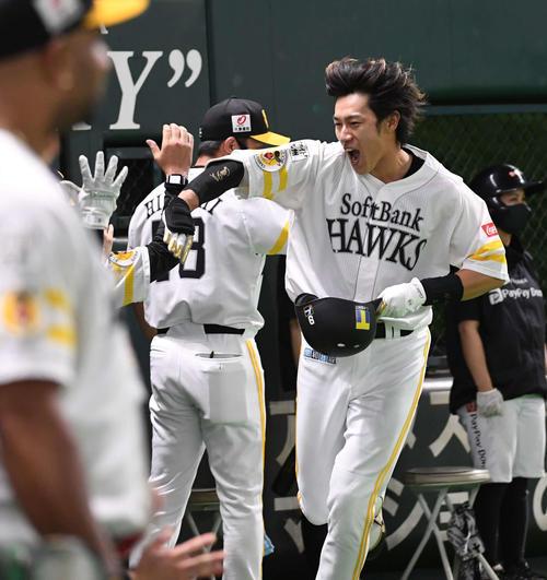 ソフトバンク対オリックス 6回裏ソフトバンク2死一、二塁、柳田悠岐は右越えに逆転の3点本塁打を放ちナインに迎えられる(撮影・今浪浩三)