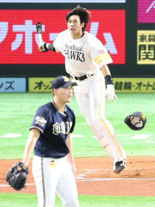 ソフトバンク対オリックス 6回裏ソフトバンク2死一、二塁、柳田は右越えに逆転となる3点本塁打を放つ(撮影・梅根麻紀)
