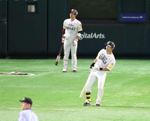 ソフトバンク対オリックス 1回裏ソフトバンク1死一塁、中村晃は右越えに先制2点本塁打を放つ、ポールすれすれでちょっととまって確認(撮影・梅根麻紀)