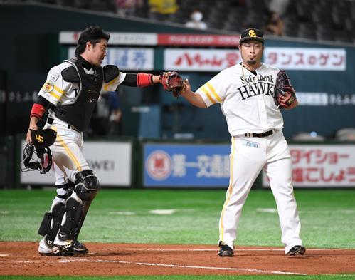ソフトバンク対オリックス 9回を抑えた森唯斗は捕手の高谷裕亮(左)とタッチする(撮影・今浪浩三)