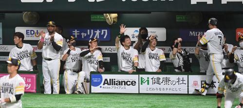 ソフトバンク対オリックス 1回裏ソフトバンク1死一塁、中村晃は右越えに先制の2点本塁打を放ちウラディミール・バレンティンらナインに迎えられる(撮影・今浪浩三)