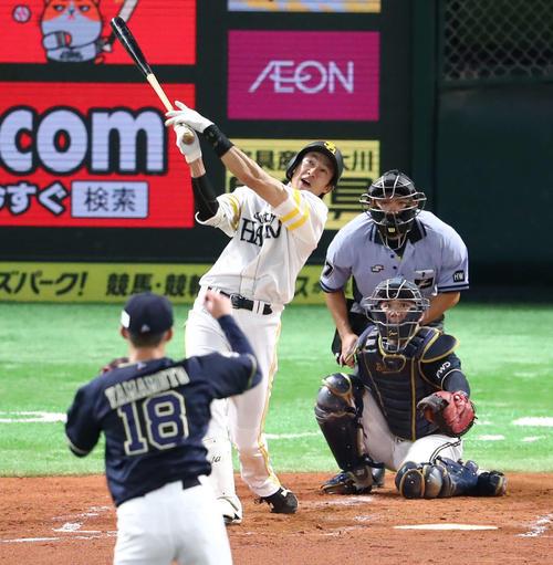 ソフトバンク対オリックス 2回裏ソフトバンク2死二塁、柳田悠岐は中越えに2点本塁打を放つ(撮影・梅根麻紀)