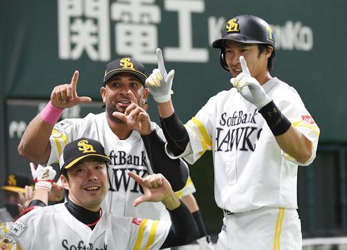 ソフトバンク対オリックス 2回裏ソフトバンク2死二塁、柳田悠岐は中越えに2点本塁打を放ちベンチ前でウラディミール・バレンティン、高谷裕亮に迎えられる(撮影・今浪浩三)