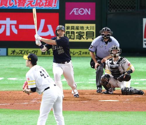 ソフトバンク対オリックス 5回表オリックス2死満塁、T-岡田は右中間に逆転となる満塁本塁打を放つ(撮影・梅根麻紀)