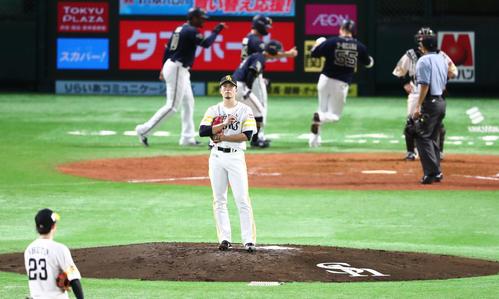 ソフトバンク対オリックス 5回表オリックス2死満塁、T-岡田に逆転となる満塁本塁打を浴びた千賀滉大(撮影・梅根麻紀)