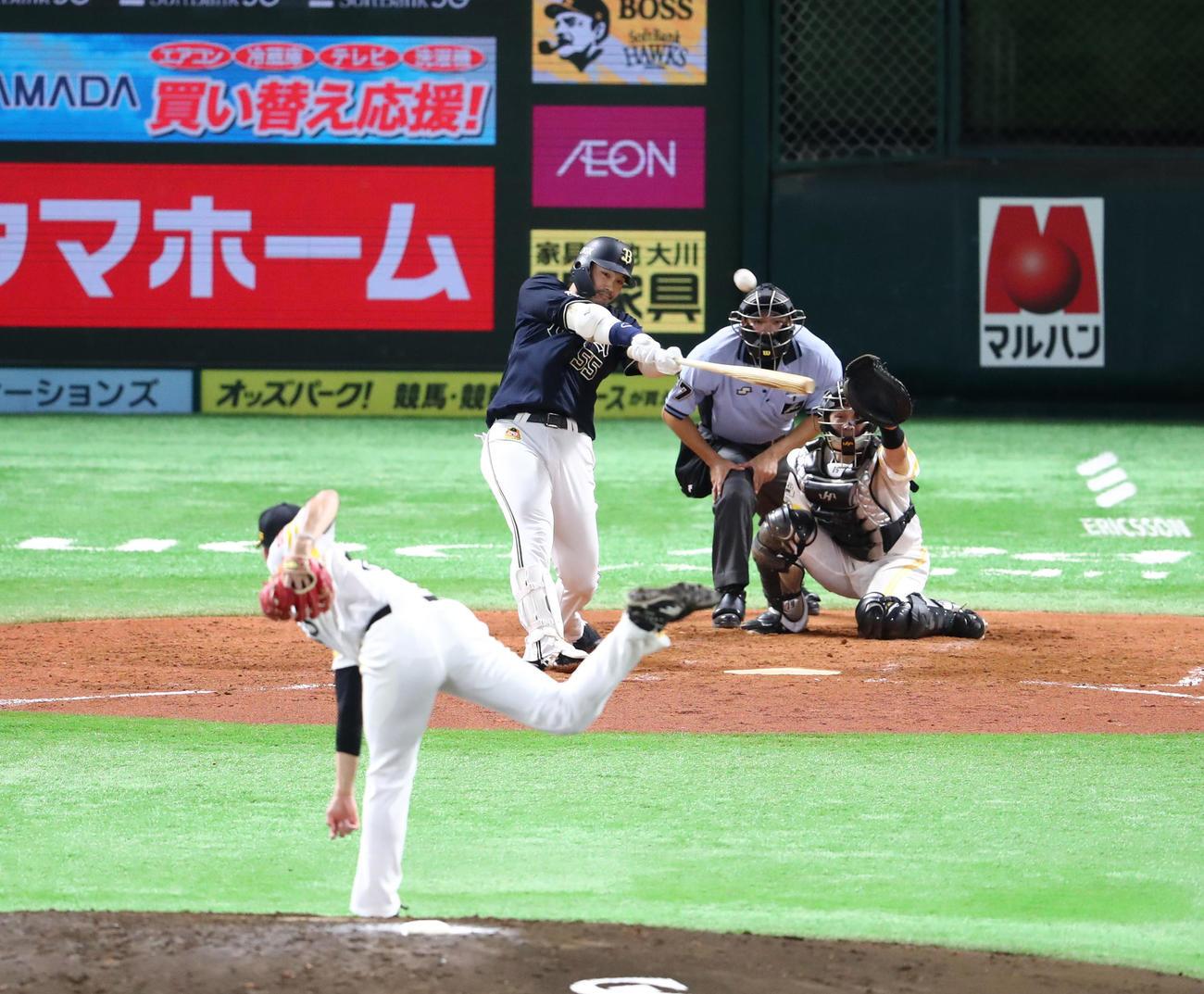 5回表オリックス2死満塁、T-岡田は右中間に逆転となる満塁本塁打を放つ(撮影・梅根麻紀)