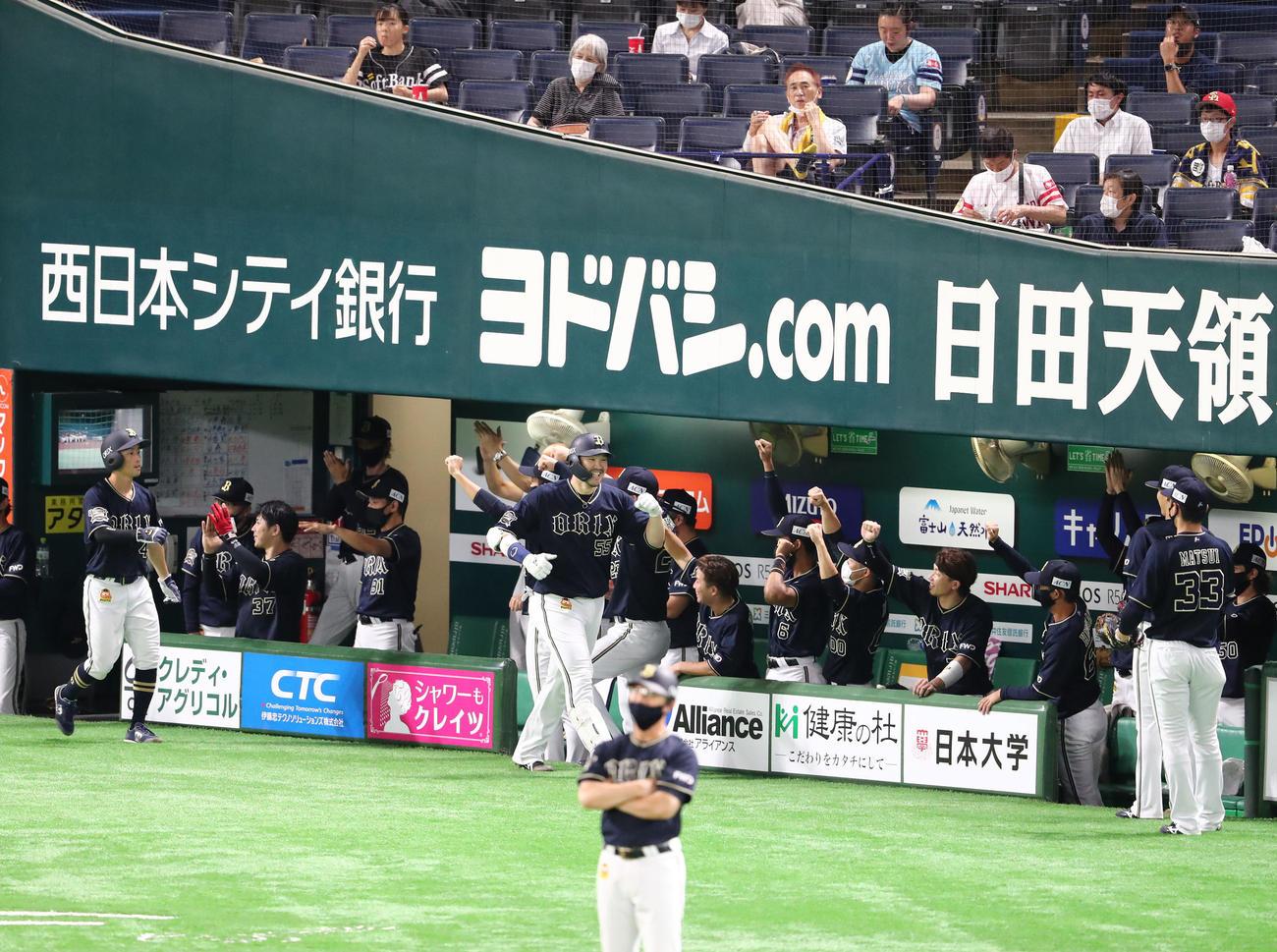 5回表オリックス2死満塁、T-岡田は右中間に逆転となる満塁本塁打を放ちベンチのナインとグータッチ(撮影・梅根麻紀)