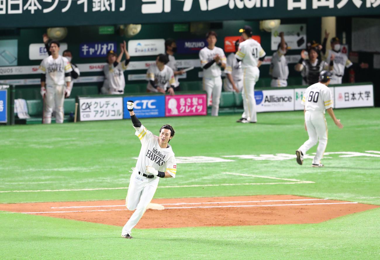 ソフトバンク対オリックス 6回裏ソフトバンク2死一、二塁、柳田悠岐は右越えに逆転となる3点本塁打を放ちガッツポーズ(撮影・梅根麻紀)