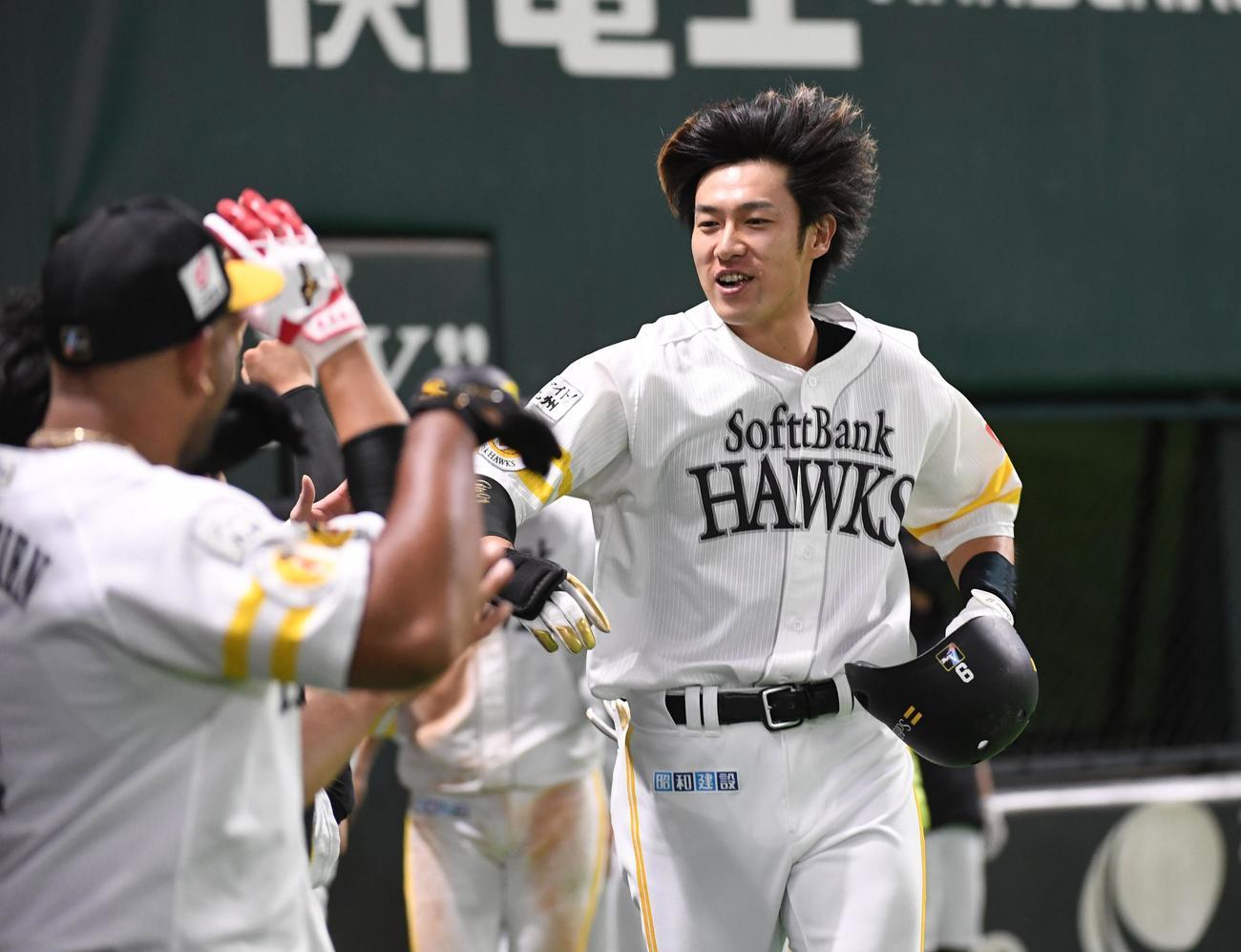 ソフトバンク対オリックス 6回裏ソフトバンク2死一、二塁、柳田は右越えに逆転の3点本塁打を放ちナインに迎えられる(撮影・今浪浩三)