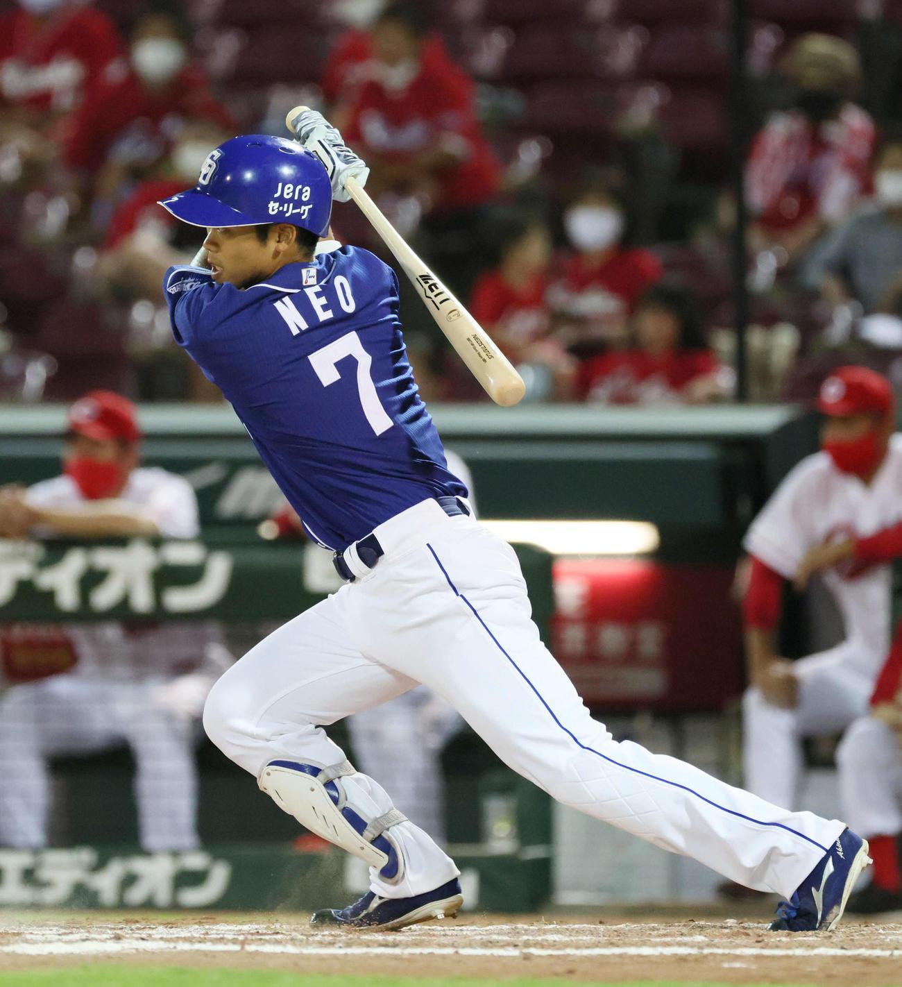 広島対中日 9回表中日無死一塁、根尾はプロ初安打となる右前打を放つ(撮影・加藤孝規)