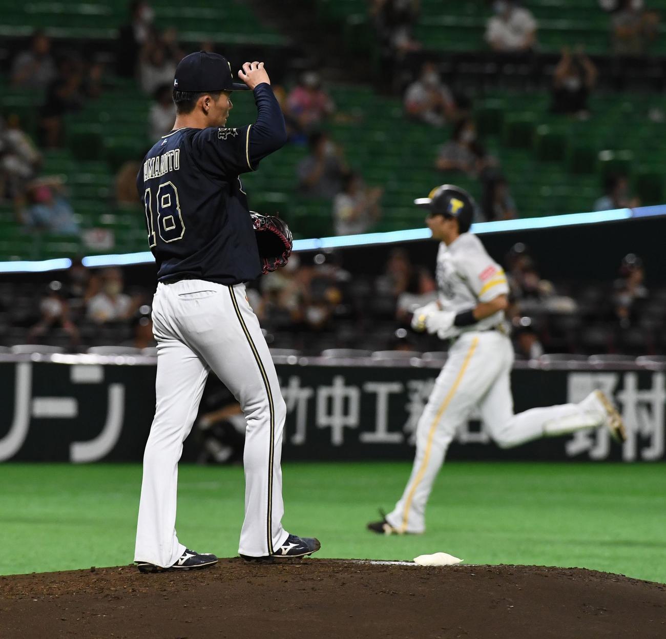 ソフトバンク対オリックス 2回裏ソフトバンク2死二塁、先発の山本は柳田に2点本塁打を浴びる(撮影・今浪浩三)