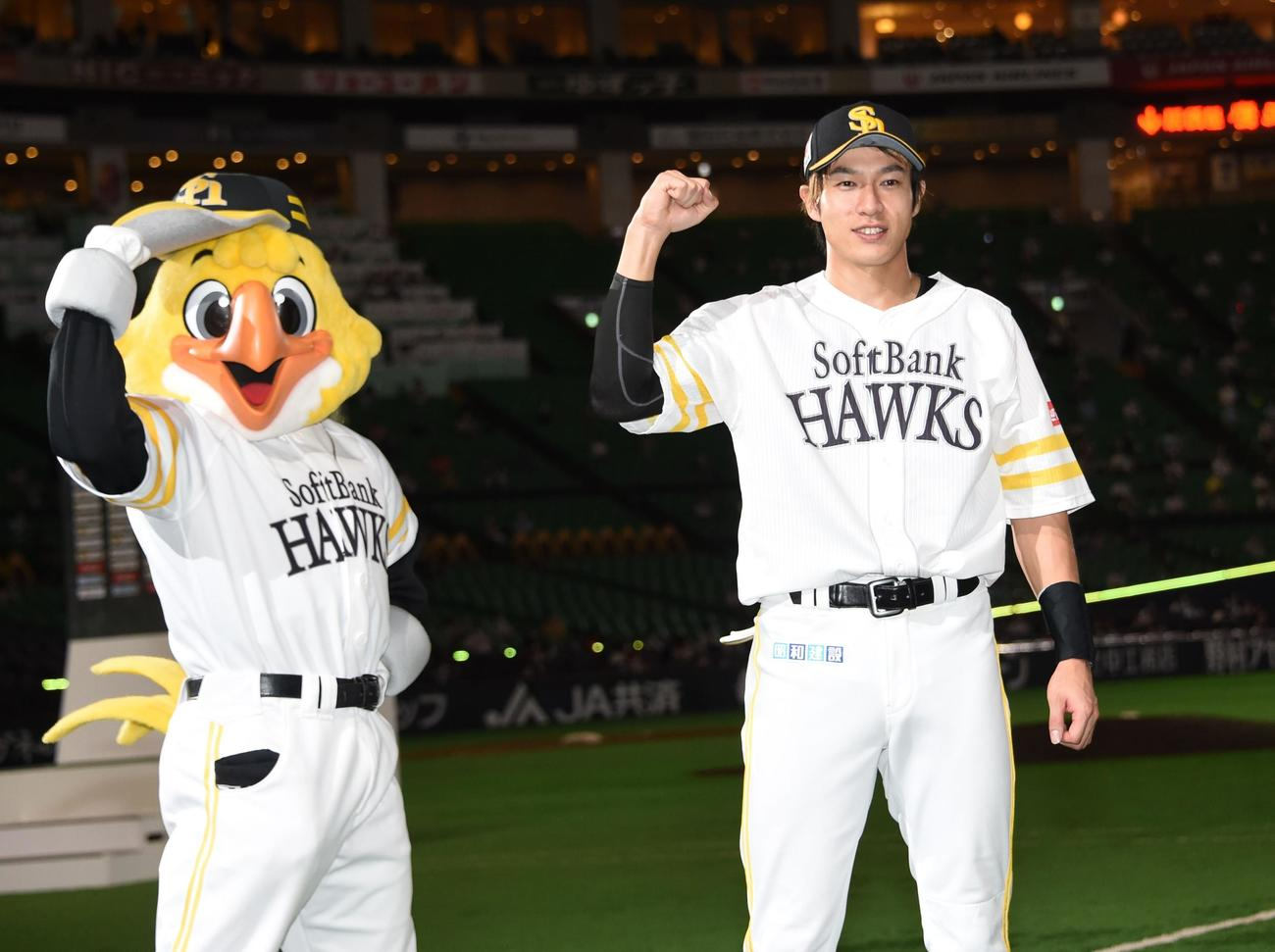 ハリーホークとガッツポーズをする2本塁打の柳田悠岐(撮影・今浪浩三)