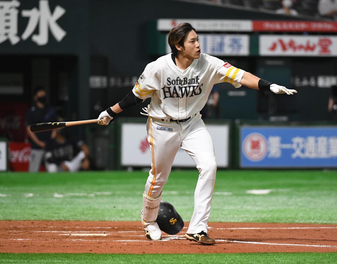 ソフトバンク対オリックス 6回裏ソフトバンク2死一、二塁、柳田はヘルメットを飛ばしながら右越えに逆転の3点本塁打を放つ(撮影・今浪浩三)
