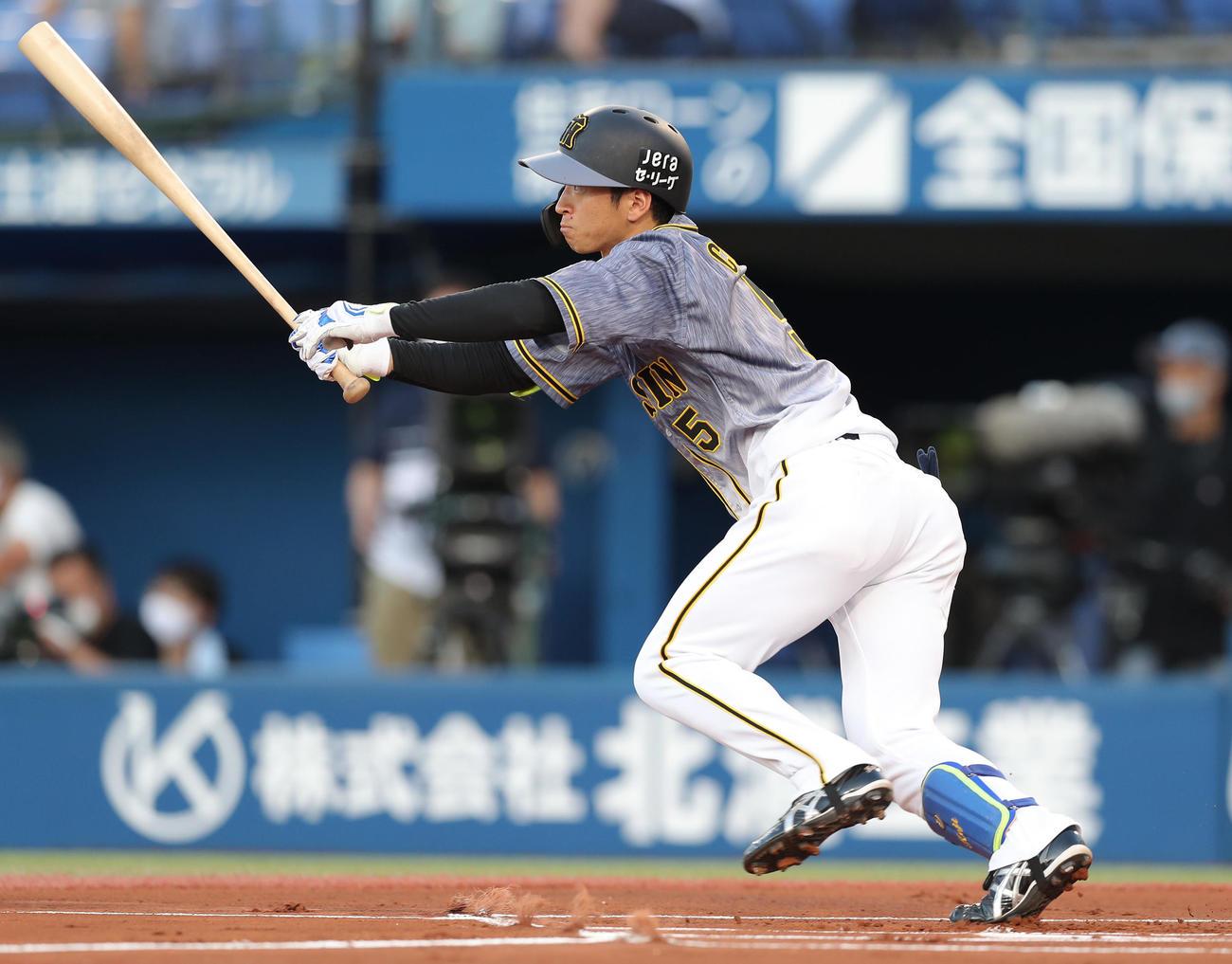 DeNA対阪神 1回裏阪神無死、右中間へ二塁打を放つ近本(撮影・前田充)