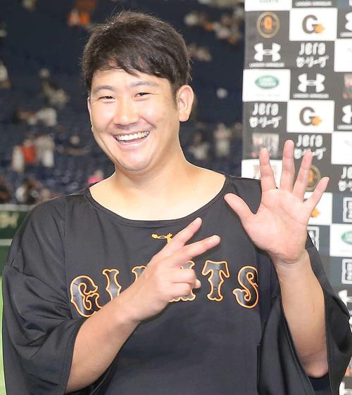 巨人対ヤクルト ヤクルトを下し、開幕7連勝の菅野は笑顔で7ポーズを見せる(撮影・河野匠)