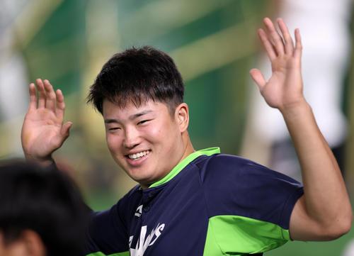 巨人対ヤクルト 試合前、笑顔でウオーミングアップをする村上(撮影・狩俣裕三)