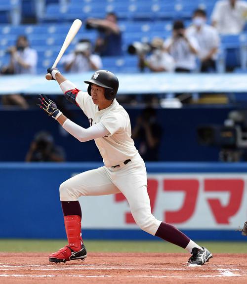 早大対法大 6回表早大2死一、二塁、鈴木萌は先制の左前適時二塁打を放つ(撮影・滝沢徹郎)