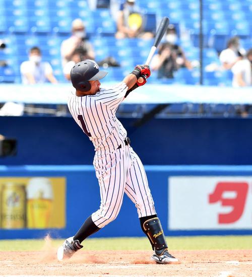 立大対慶大 4回表立大無死、太田は左中間へソロ本塁打を放つ(撮影・滝沢徹郎)