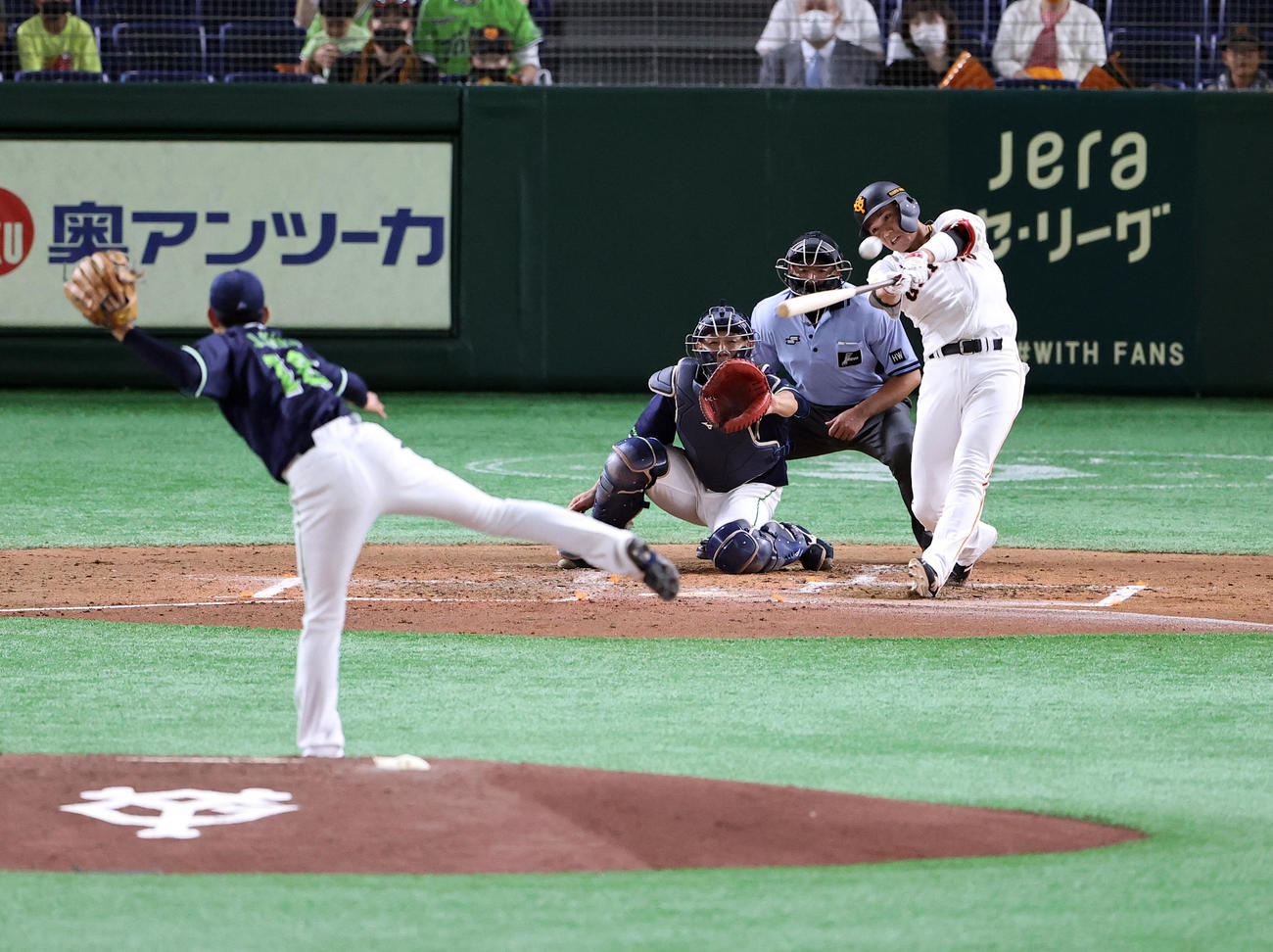巨人対ヤクルト 2回裏巨人2死二塁、左越え2点本塁打を放つ坂本。投手原(撮影・浅見桂子)