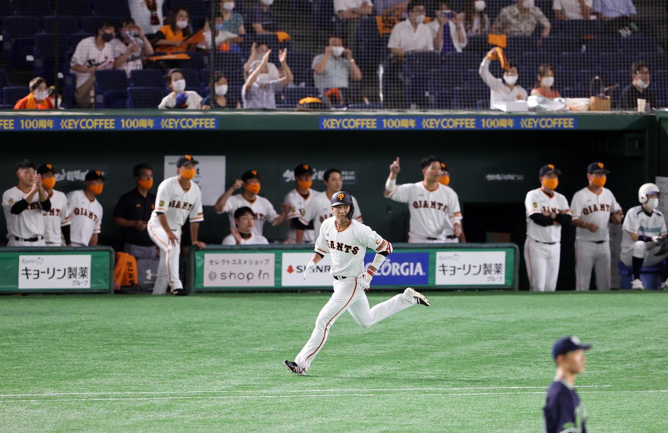 巨人対ヤクルト 2回裏巨人2死二塁、坂本は左翼2点本塁打を放ち、喜ぶ巨人ベンチ前を走る(撮影・浅見桂子)
