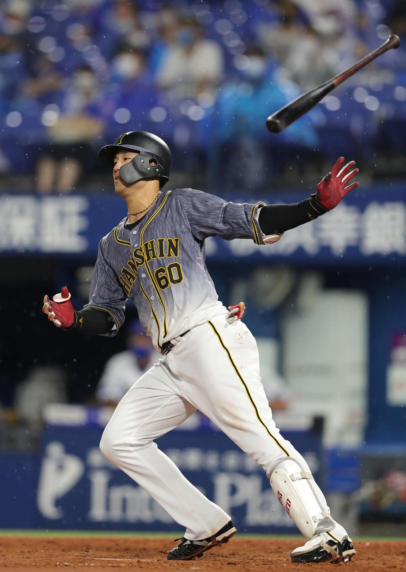 DeNA対阪神 4回表阪神2死一、二塁、左越え逆転3点本塁打を放つ中谷(撮影・前田充)