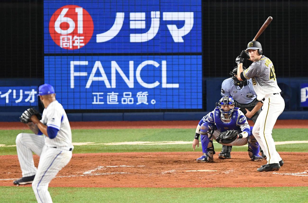 DeNA対阪神 7回表阪神2死満塁、打席に立つガンケル。投手エスコバー(撮影・山崎安昭)
