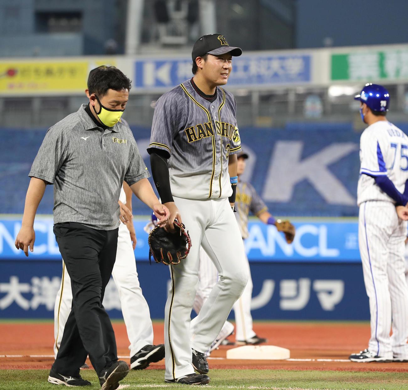 DeNA対阪神 1回裏DeNA1死一塁、宮崎が左翼線へ二塁打を放った直後、足を痛めた大山(中央)は治療のためベンチへ向かう(撮影・前田充)
