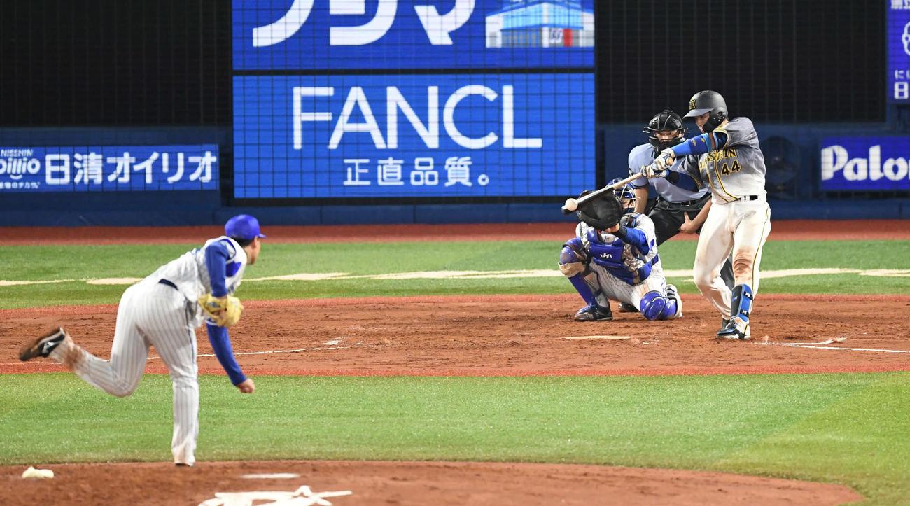 DeNA対阪神 4回表阪神無死、梅野は右前打を放つ。投手浜口(撮影・山崎安昭)