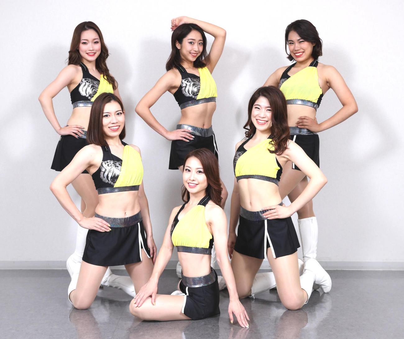 黒を基調とした着物を思わせる和テイストの夏用ユニホームを披露するTigersGirls2020、Yuki(手前)、中列左からMiki、Kyoka、後列左からSara、Moemi、Anne