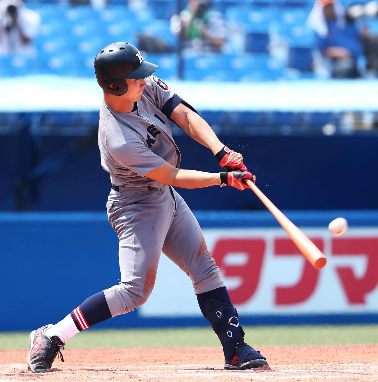 慶大対明大 6回表慶大2死二塁、左越え2点本塁打を放つ慶大・正木(撮影・河田真司)