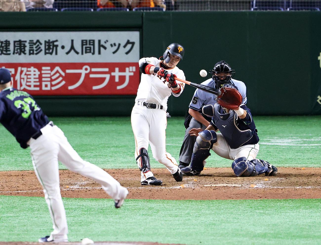 9回裏巨人2死一、三塁、亀井は中越えサヨナラ適時打を放つ。投手マクガフ(撮影・浅見桂子)