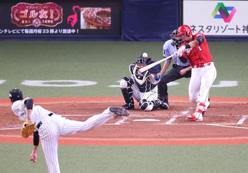 阪神対広島 3回表広島無死一塁、中前打を放つ鈴木誠也(撮影・清水貴仁)