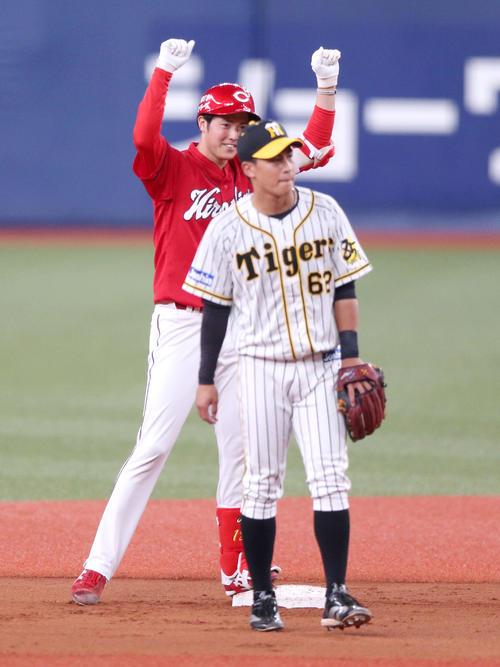 阪神対広島 6回表広島2死一、二塁、森下は左に適時2点二塁打を放ちベース二塁でガッツポーズ(撮影・上山淳一)