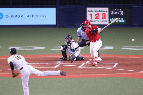 阪神対広島 1回表広島1死一、三塁、左前へ先制適時打を放つ鈴木誠也(撮影・清水貴仁)