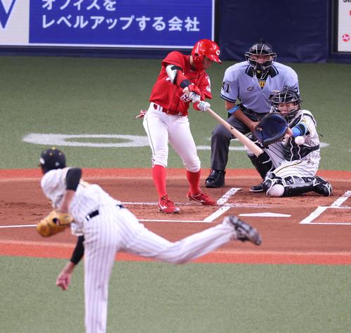 阪神対広島 1回表広島無死一塁、左前打を放つ羽月隆太郎(撮影・清水貴仁)