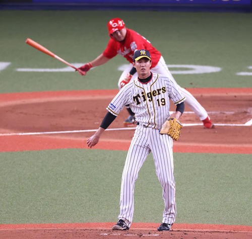 阪神対広島 1回表広島1死一、二塁、松山竜平に左中間へ2点適時二塁打を打たれる藤浪晋太郎(撮影・清水貴仁)
