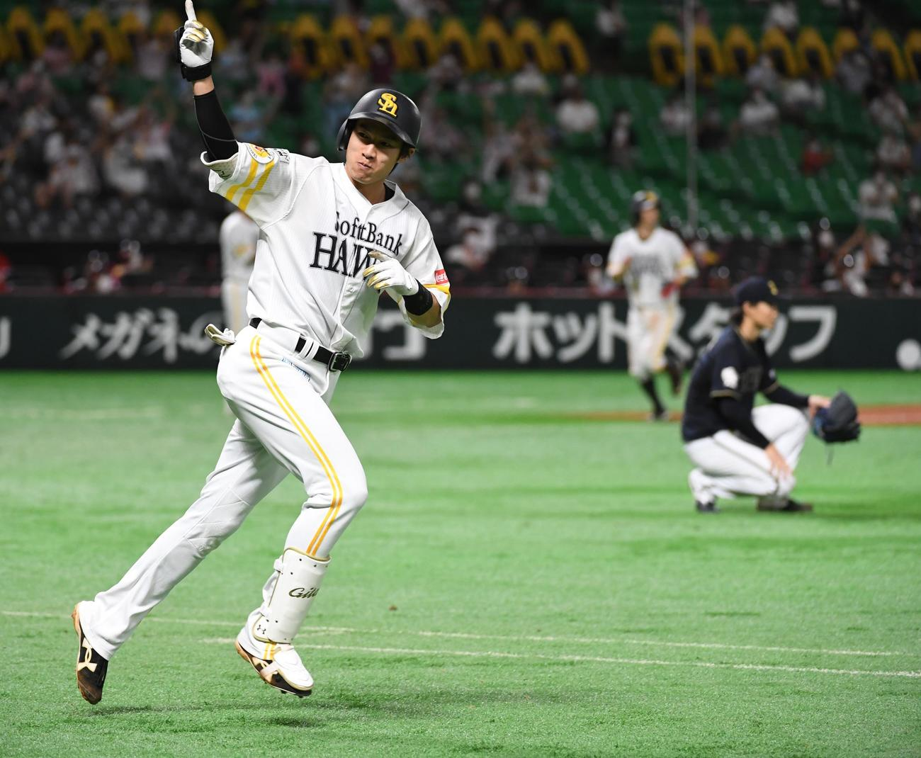 ソフトバンク対オリックス 8回裏ソフトバンク2死一、二塁、柳田悠岐は右越えに決勝の3点本塁打を放ちベンチに向かって指を指す(撮影・今浪浩三)