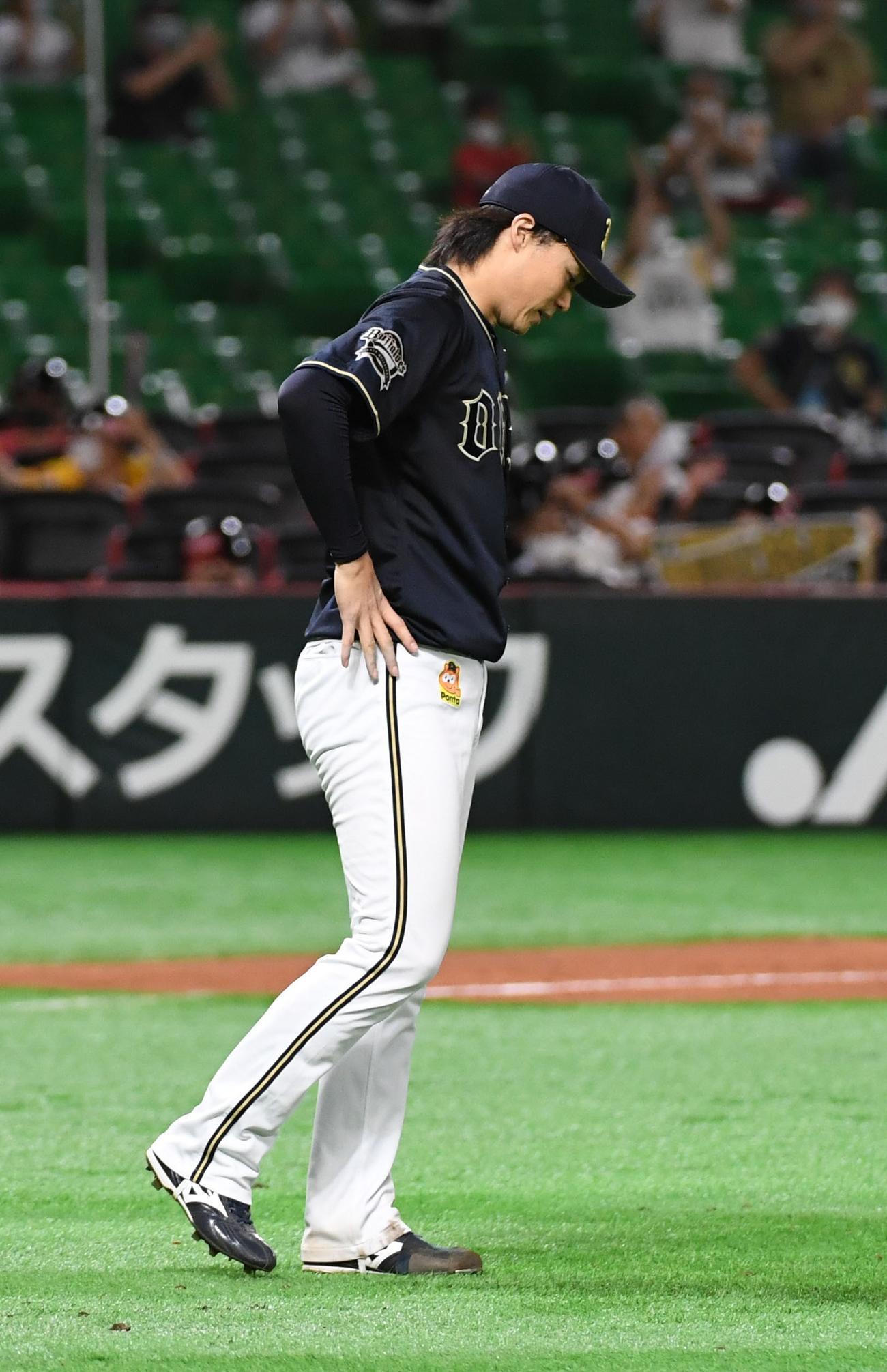 ソフトバンク対オリックス 8回裏ソフトバンク2死一、二塁、先発の山崎福は柳田に3点本塁打を浴びガックリする(撮影・今浪浩三)