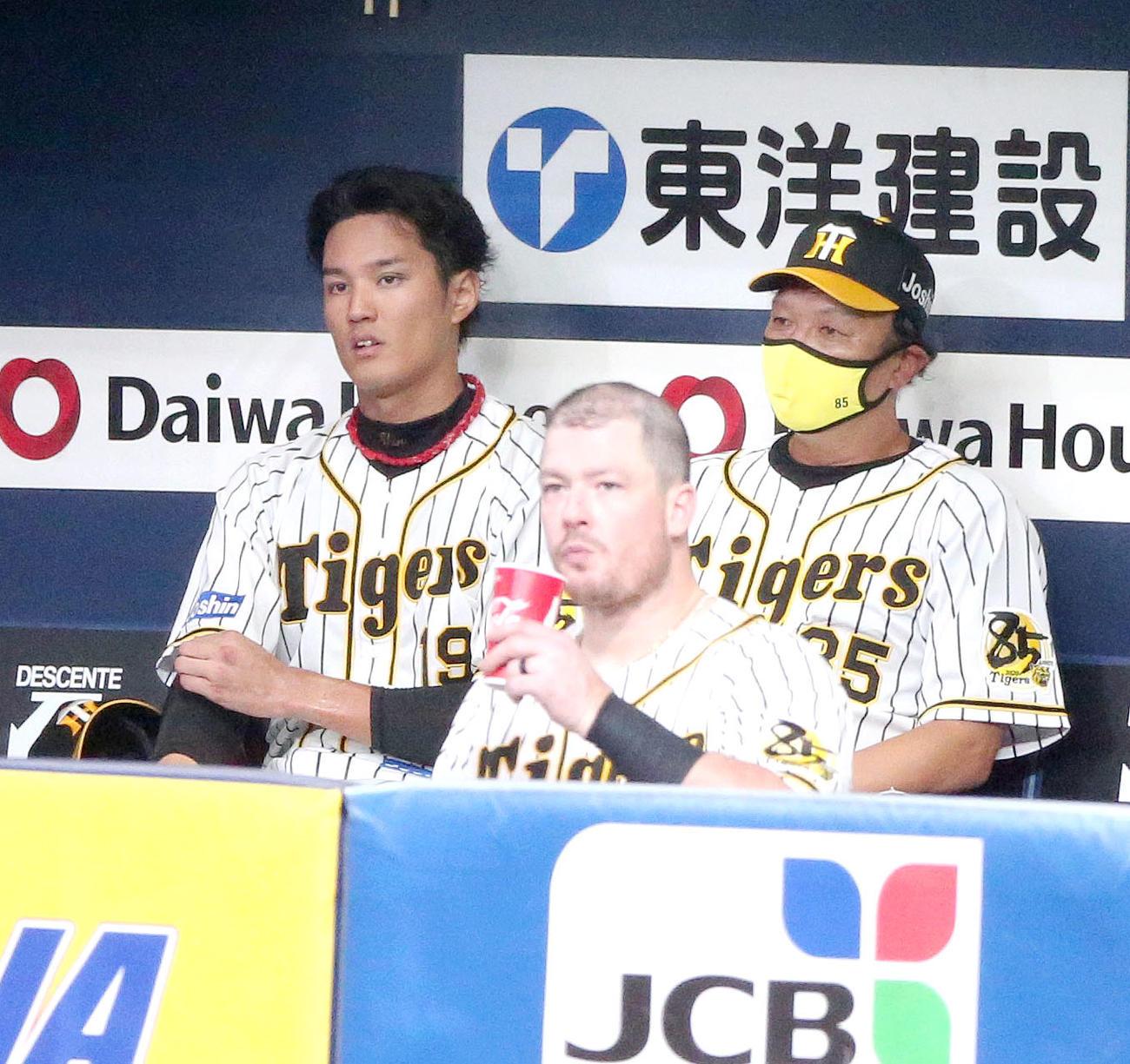 阪神対広島 藤浪(左)は6回に失点しベンチで福原投手コーチと話す(撮影・上山淳一)