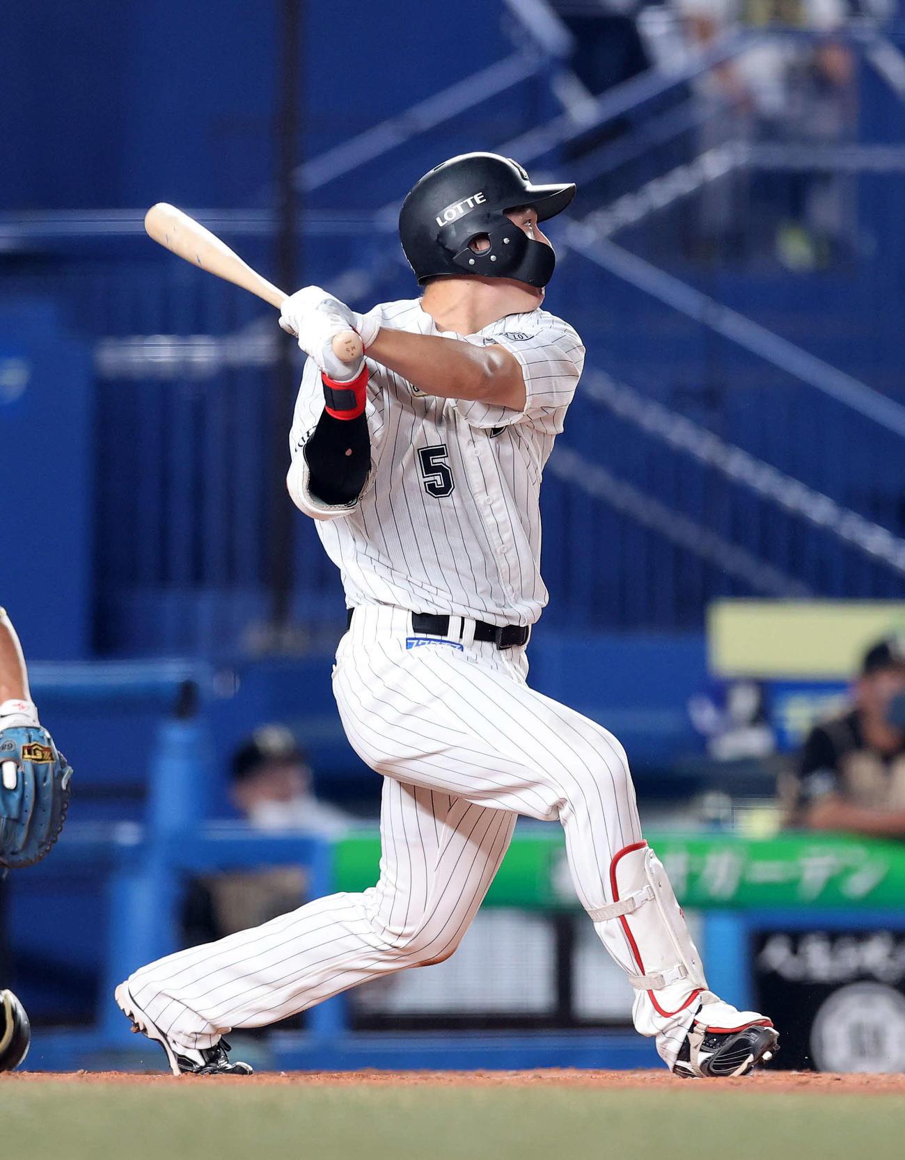 ロッテ対日本ハム 3回裏ロッテ2死満塁、安田は左越え適時二塁打を放つ(撮影・鈴木正人)