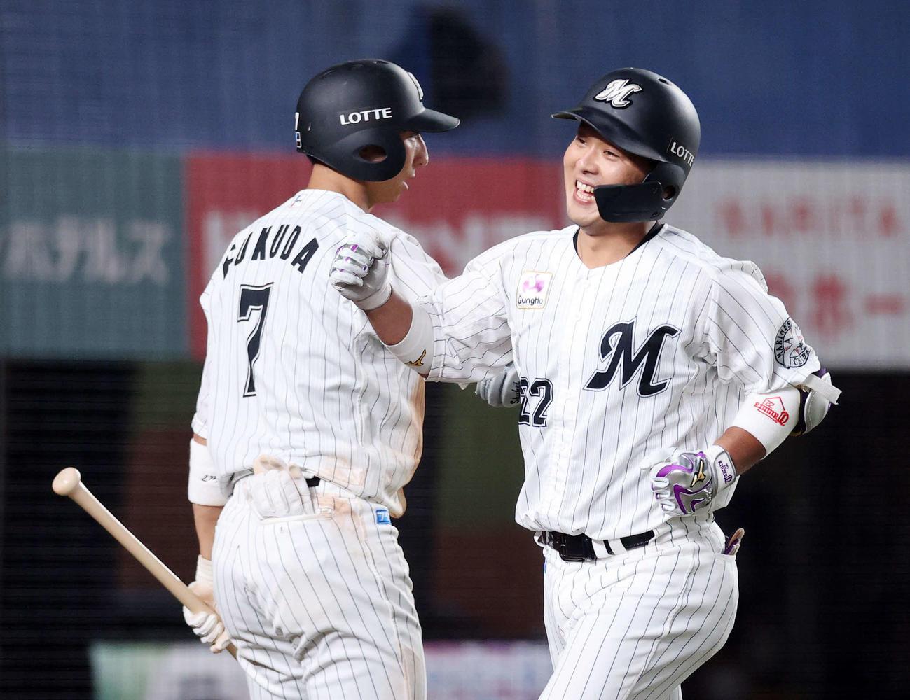 ロッテ対日本ハム 3回裏ロッテ1死一、二塁、田村(右)は左越え本塁打を放ち福田秀と笑顔でエアタッチ(撮影・鈴木正人)