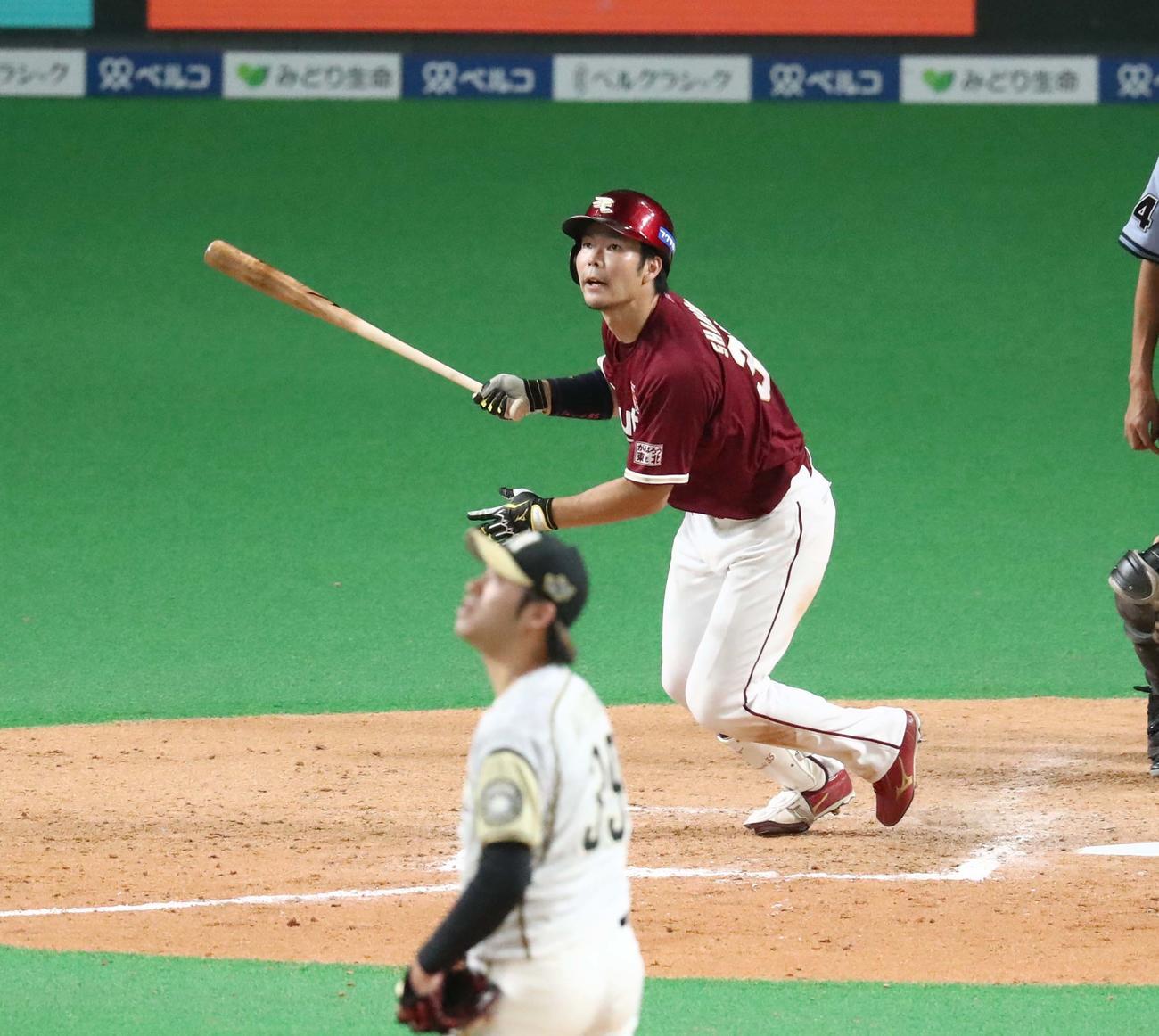 日本ハム対楽天 9回表楽天2死一、二塁、右越え3点本塁打を放つ島内(撮影・黒川智章)