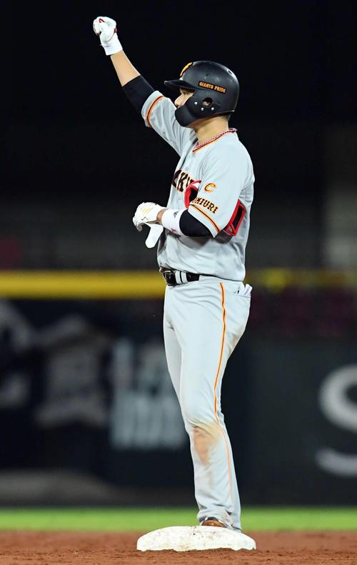 広島巨人3回表広島1死1塁、重に先制タイムリー二塁打を放ち、打球の行方を見る坂本(撮影従う見明美)