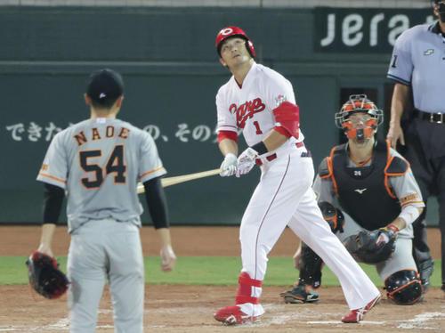 広島巨人4回裏広島1社スズキマコトは同点中越え本塁打を放つ(撮影・加藤孝規)