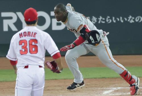 広島読売8回表ジャイアンツ2社2 3塁モーターは三振、振り逃げをもアウトに(撮影・加藤孝規)
